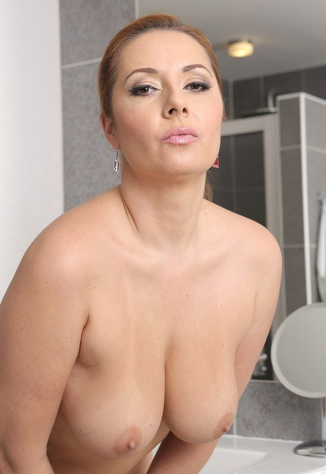 Busty Mom MILF and Hot Mature Porn Pics